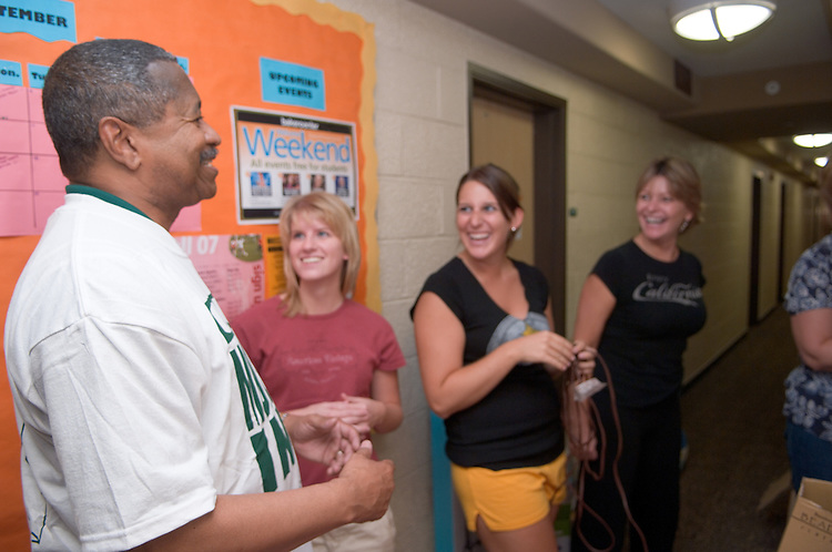 18352President McDavis greeting students during the freshman move in on Friday, August 31, 2007..President McDavis talks to Megan Burke, Nicole Hern, & Vicki Hern(mom).