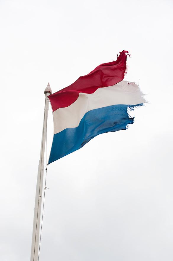Nederland, Scheveningen, 18 juli 2011.Nederlandse vlag is een beetje aan flarden gewaaid...Foto(c): Michiel Wijnbergh