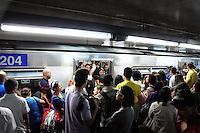 SAO PAULO, SP, 13.06.2014 - PARALIZACAO DO METRO - Apos uma tentativa de suicidio confirmada pela assessoria de imprensa do Metro de Sao Paulo usuarios da linha Jabaquara - Tucuruvi sofrem com paralizacao de 40 minutos nesta sexta-feira, 13 na foto estacao da Sé. (Foto: Kevin David - Brazil Photo Press).