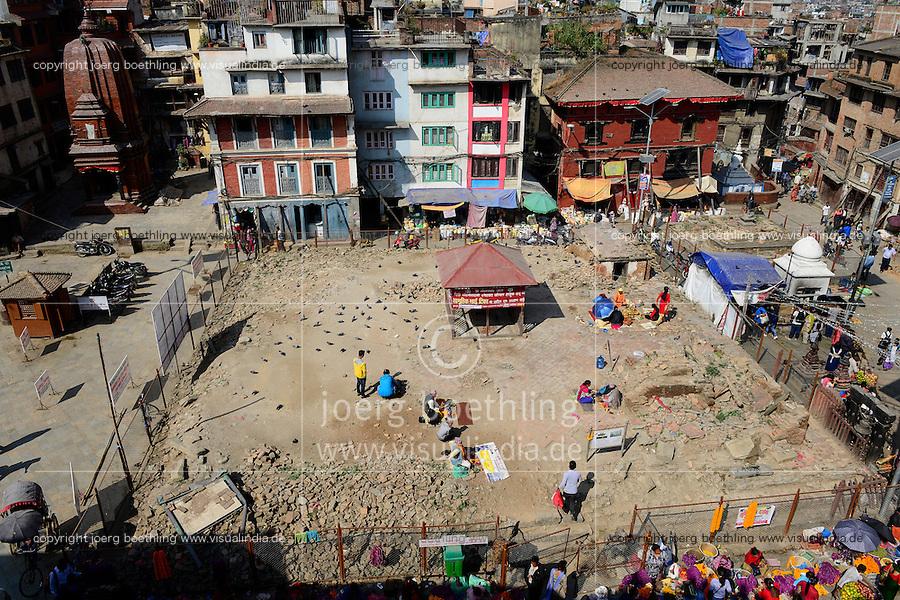 NEPAL Kathmandu, Durbar Square, destroyed Kastha Mandap temple during earthquake 2015 / Zerstoerung nach dem Erdbeben 2015, zerstoerter Kastha Mandap Tempel