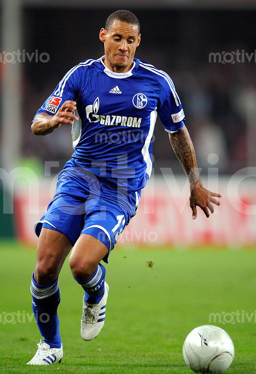 FUSSBALL   1. BUNDESLIGA   SAISON 2008/2009   6. SPIELTAG 1.FC Koeln - FC Schalke 04          26.09.2008 Jermaine JONES (Schalke), Einzelaktion am Ball.