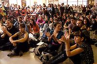 Roma, 9 Ottobre 2008.Università La Sapienza.Studenti universitari si ritrovano a Roma in assemblea nell'atrio della facoltà di lettere.Rome,9 october  2008.University La Sapienza. students in Rome meeting