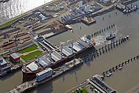 Nord Ostseekanal Schleuse Brunsbuettell: EUROPA, DEUTSCHLAND, SCHLESWIG-HOLSTEIN, BRUNSBUETTEL , (EUROPE, GERMANY), 19.10.2018: Schleuse Nord-Ostseekanal von Brunsbuettel. Der Nord-Ostsee-Kanal (NOK; internationale Bezeichnung: Kiel Canal) verbindet die Nordsee (Elbmuendung) mit der Ostsee (Kieler Foerde). Diese Bundeswasserstra&szlig;e ist nach Anzahl der Schiffe die meistbefahrene kuenstliche Wasserstra&szlig;e der Welt.<br /> Der Kanal durchquert auf knapp 100 km das deutsche Bundesland Schleswig-Holstein von Brunsbuettel bis Kiel-Holtenau und erspart den etwa 900 km laengeren Weg um die Nordspitze Daenemarks durch Skagerrak und Kattegat.<br /> Die erste kuenstliche Wasserstra&szlig;e zwischen Nord- und Ostsee war der 1784 in Betrieb genommene und 1853 in Eiderkanal umbenannte Schleswig-Holsteinische Canal. Der heutige Nord-Ostsee-Kanal wurde 1895 als Kaiser-Wilhelm-Kanal eroeffnet und trug diesen Namen bis 1948. Ein Frachtschiff f&auml;hrt mit Schlepperhilfe in die Schleusenkammer.