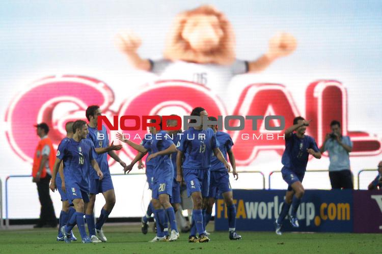 FIFA WM 2006 -  Gruppe E Vorrunde ( Group E )<br /> Play   #25 (17-Jun) - Italien - USA<br /> <br /> Jubel bei den Spielern von Italien nach dem Tor zum 1:0 durch Alberto Gilardino. Im Hintergrund leuchtet auf der Riesen Video Leinwand das Wort Goal auf.<br /> <br /> Foto &copy; nordphoto