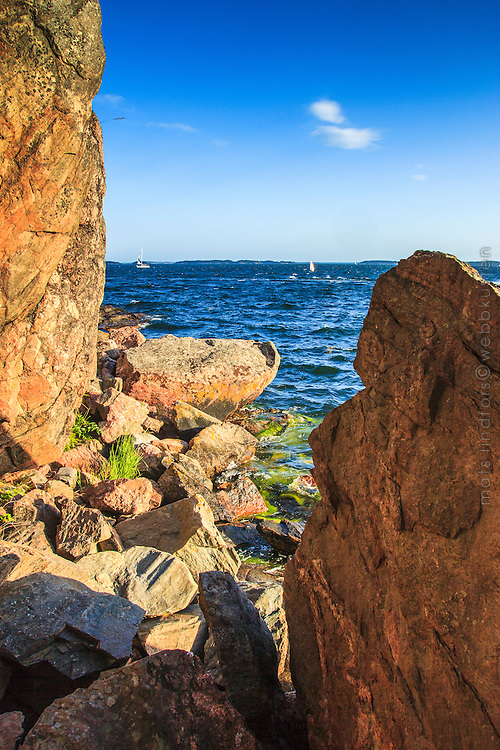 Vilda klippor och vågor på Björnö vid Ingaröfjärden i Stockholms skärgård.