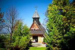 Drewniana kapliczka Matki Boskiej Różańcowej na Gubałówce, na Szlaku Papieskim.