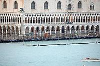 Gondeln vor dem Dogenpalast am Markusplatz - 26.11.2017: Hafeneinfahrt Venedig mit der Costa Deliziosa