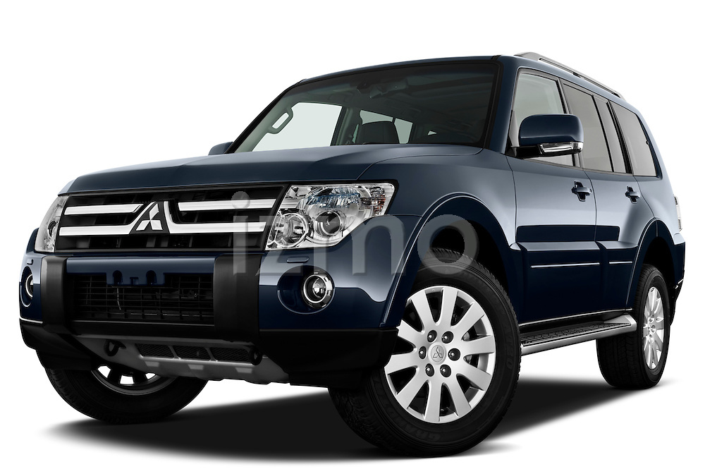 Low aggressive front three quarter view of a 2009 Mitsubishi Pajero InStyle 5 Door SUV