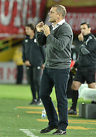 BOGOTÁ-COLOMBIA-20-05-2015. Diego Aguirre técnico de Internacional da instrucciones a los jugadores durante partido de ida entre Independiente Santa Fe de Colombia y Internacional de Porto Alegre, Brasil, por cuartos de final de la Copa Bridgestone Libertadores 2015 jugado en el estadio Nemesio Camacho El Campin de la ciudad de Bogota. / Diego Aguirre coach of Internacional gives directions to the players during the first leg match between Independiente Santa Fe of Colombia and Internacional of Porto Alegre, Brazil, for the final quarters of the Copa Bridgestone Libertadores 2015 played at Nemesio Camacho El Campin stadium in Bogota city.  Photo: VizzorImage/ Gabriel Aponte /Staff