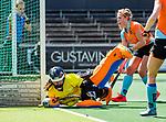 AMSTELVEEN  -  Jantien Gunter (Gro) met Evaline Janssens (Gro)   Hoofdklasse hockey dames ,competitie, dames, Amsterdam-Groningen (9-0) .     COPYRIGHT KOEN SUYK