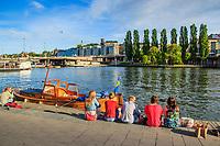 Träbåt och picknik vid kajen Slussen Stockholm
