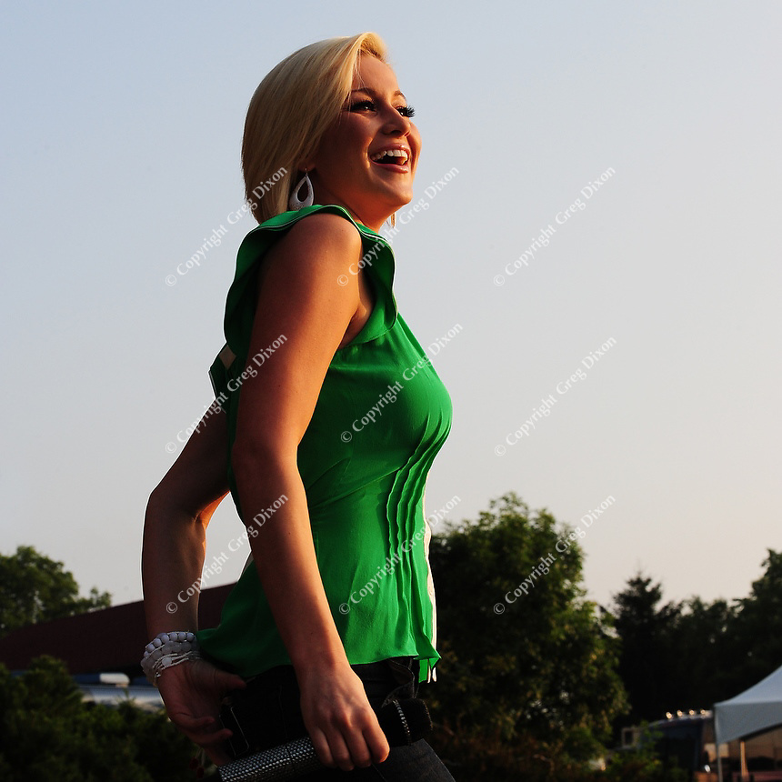 Kellie Pickler sings at Country Thunder USA in Twin Lakes, Wisconsin on 8/19/08