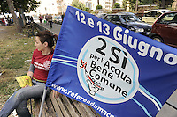 Roma 8 Giugno 2011.Referendum su Acqua, nucleare e legittimo impedimento..Ultimi giorni per la campagna referendaria.banchetti in piazza di Cinecittà per il Si
