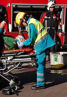 Ambulancemedewerker helpt slachtoffer van een ongeval. Ongeluk is in scene gezet. Open Dag van de hulpdiensten