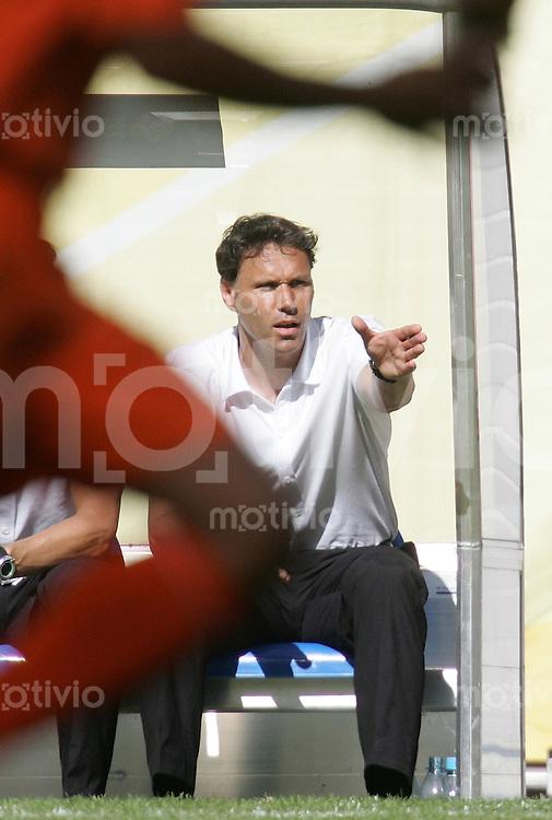 Fussball WM 2006  Gruppenspiel  Vorrunde Gruppe C  Serbien Montenegro - Holland  Trainer Marco VAN BASTEN (NED) gestikuliert