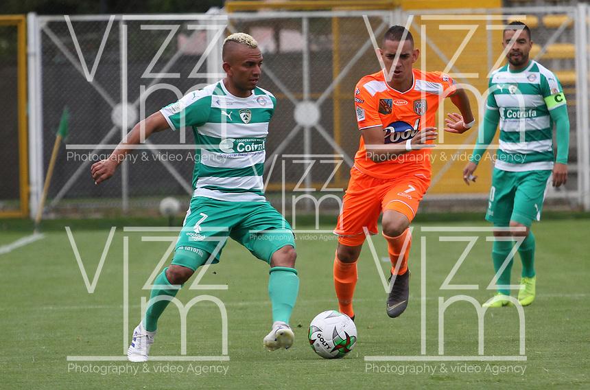 BOGOTÁ - COLOMBIA, 27-04-2019:Brayner de Alba (Izq.) jugador de La Equidad  disputa el balón con Neyder Moreno (Der.) jugador del Envigado durante partido por la fecha 18 de la Liga Águila I 2019 jugado en el estadio Metropolitano de Techo de la ciudad de Bogotá. /Brayner de Alba (L) player of La Equidad fights the ball  against of Neyder Moreno (R) player of Envigado  during the match for the date 18 of the Liga Aguila I 2019 played at the Metropolitano de Techo  stadium in Bogota city. Photo: VizzorImage / Felipe Caicedo / Staff.