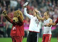 FUSSBALL   1. BUNDESLIGA  SAISON 2011/2012   7. Spieltag FC Bayern Muenchen - Bayer 04 Leverkusen          24.09.2011 Maskottchen Bernie, Torwart Manuel Neuer, Arjen Robben (v. li., FC Bayern Muenchen)