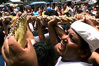 Promesseiros levantam a corda em homenagem a Nossa Senhora de Nazaré. O Círio ocorre a mais de 200 anos em Belém e as estimativas são de que mais de 1.500.000 pessoas acompanhem à procissão.<br />Belém-Pará-Brasil<br />12/10/2003<br />©Foto:Paulo Santos/Interfoto<br />Digital