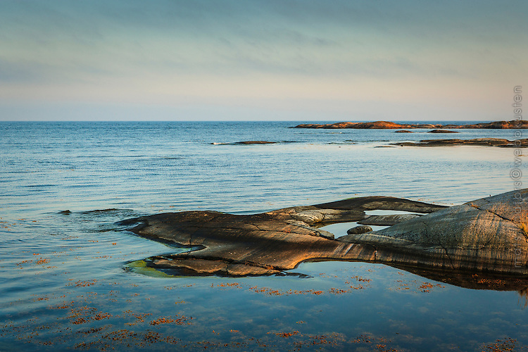 Klipphäll vid havet på Finnskär i Stockholms ytterskärgår