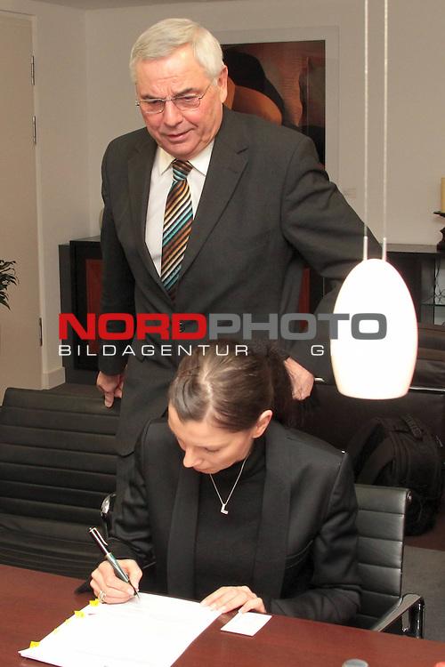 10.02.2010, Commerzbank, Hannover, GER, Robert Enke Stiftung, im Bild . NFV Dir. und Schatzmeister der Enke Stiftung Karl Rothmund_Teresa Enke . Foto: nph Rust<br /> <br /> <br /> Foto: &copy; nph ( nordphoto )