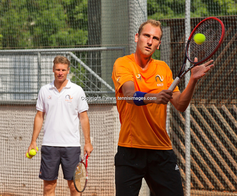 Austria, Kitzbuhel, Juli 14, 2015, Tennis, Davis Cup, Training Dutch team, Thiemo de Bakker with in the background captain Jan Siemerink<br /> Photo: Tennisimages/Henk Koster