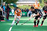 BLOEMENDAAL   - Hockey - Thierry Brinkman (Bldaal) met Nicki Leijs (A'dam)   . 3e en beslissende  wedstrijd halve finale Play Offs heren. Bloemendaal-Amsterdam (0-3). Amsterdam plaats zich voor de finale.  COPYRIGHT KOEN SUYK