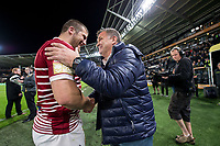 Picture by Allan McKenzie/SWpix.com - 08/09/2017 - Rugby League - Betfred Super League - The Super 8's - Hull FC v Wigan Warriors - KC Stadium, Kingston upon Hull, England - Wigan coach Shaun Wane thanks Tony Clubb after they defeat Hull FC.