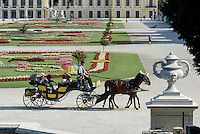 Fiaker im Park der Sp&auml;tbarocken Sommerresidenz Schloss Sch&ouml;nbrunn, Wien, &Ouml;sterreich, UNESCO-Weltkulturerbe<br /> carriage  late Baroque summerresidence Schloss Sch&ouml;nbrunn, Vienna, Austria, world heritage
