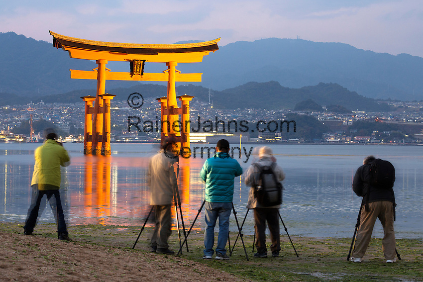 Japan, Chūgoku (Southwest Honshu), Hiroshima Prefecture, Miyajima Island: Photographers snapping the floating Miyajima torii gate of Itsukushima Shrine at dusk | Japan, Chūgoku (Suedwest Honshu), Praefektur Hiroshima, Miyajima Island: Fotografen fotografieren den Torii des Itsukushima-Schreins bei Abenddaemmerung