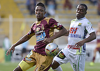 BOGOTÁ -COLOMBIA, 08-08-2015. Omar Albornoz (Izq) del Tolima disputa el balón con Arnold Palacios (Der) del Huila durante partido válido por la fecha 5 de la Liga Aguila II 2015 jugado en el estadio Metropolitano de Techo de la ciudad de Bogotá./ Tolima Player Omar Albornoz (L) fights for the ball with Huila player Arnold Palacios (R) during match valid for the 5th date of the Aguila League II 2015 played at Metropolitano de Techo stadium in Bogota city. Photo: VizzorImage / Gabriel Aponte / Staff