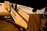 Passeggeri in partenza con un volo della Iran Air dall'aeroporto di Esfahan, Ira,.