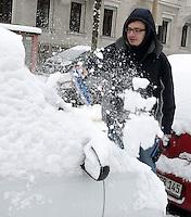 Nach ergiebigem Schneefall in den letzten Tagen sind die Leipziger Starßen noch  immer voll von Schnee. Die Beräumung dauert an. Beräumungszustand in Leipzig Schleußig - im Bild:   Christian Kurz (29) befreit sein Auto mit Kehrblech bewaffnet von den Schneemassen.   Foto: Norman Rembarz..Norman Rembarz , Autorennummer 41043728 , Holbeinstr. 14, 04229 Leipzig, Tel.: 01794887569, Hypovereinsbank: BLZ: 86020086, KN: 357889472, St.Nr.: 231/261/06432 - Jegliche kommerzielle Nutzung ist honorar- und mehrwertsteuerpflichtig! Persönlichkeitsrechte sind zu wahren. Es wird keine Haftung übernommen bei Verletzung von Rechten Dritter. Autoren-Nennung gem. §13 UrhGes. wird verlangt. Weitergabe an Dritte nur nach  vorheriger Absprache..