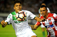 BARRANQUIILLA -COLOMBIA-03-08-2017: Marlon Piedrahita (Der) del Atlético Junior de Colombia disputa el balón con Andres Felipe Roa (Izq) jugador de Deportivo Cali de Colombia durante partido por la segunda fase, llave 2, de la Copa CONMEBOL Sudamericana 2017 jugado en el estadio Metropolitano Roberto Meléndez de la ciudad de Barranquilla. / Marlon Piedrahita (R) player of Atletico Junior of Colombia struggles the ball with Andres Felipe Roa (L) player of Deportivo Cali of Colombia during match for the second phase, key 2, of the Copa CONMEBOL Sudamericana 2017played at Metropolitano Roberto Melendez stadium in Barranquilla city.  Photo: VizzorImage/ Alfonso Cervantes / Cont