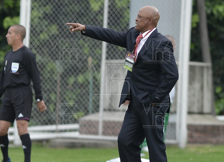 BOGOTÁ -COLOMBIA, 14-01-2015. Jose Rodriguez técnico de Bucaramanga gesticula durante el encuentro entre Deportes Quindio y Atlético Bucaramanga por la fecha 1 de los cuadrangulares de ascenso Liga Aguila 2015 jugado en el estadio Metropolitano de Techo de la ciudad de Bogotá./ Jose Rodriguez coach of Bucaramanga gestures during the match between Deportes Quindio y Atletico Bucaramanga for the first date of the promotional quadrangular Aguila League 2015 played at Metropolitano de Techo stadium in Bogotá city. Photo: VizzorImage/ Gabriel Aponte / Staff