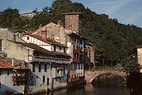 Europe/France/Aquitaine/64/Pyrénées-Atlantiques/Saint-Jean-Pied-de-Port: Le pont sur la Nive