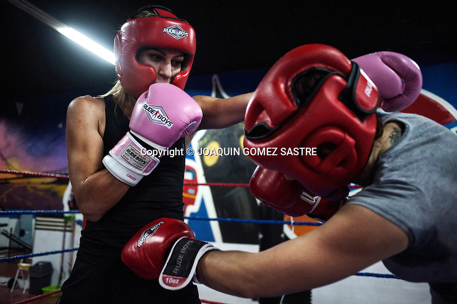 The Marian Martinez boxer during a sparring match with the boxerl Fatima Martin