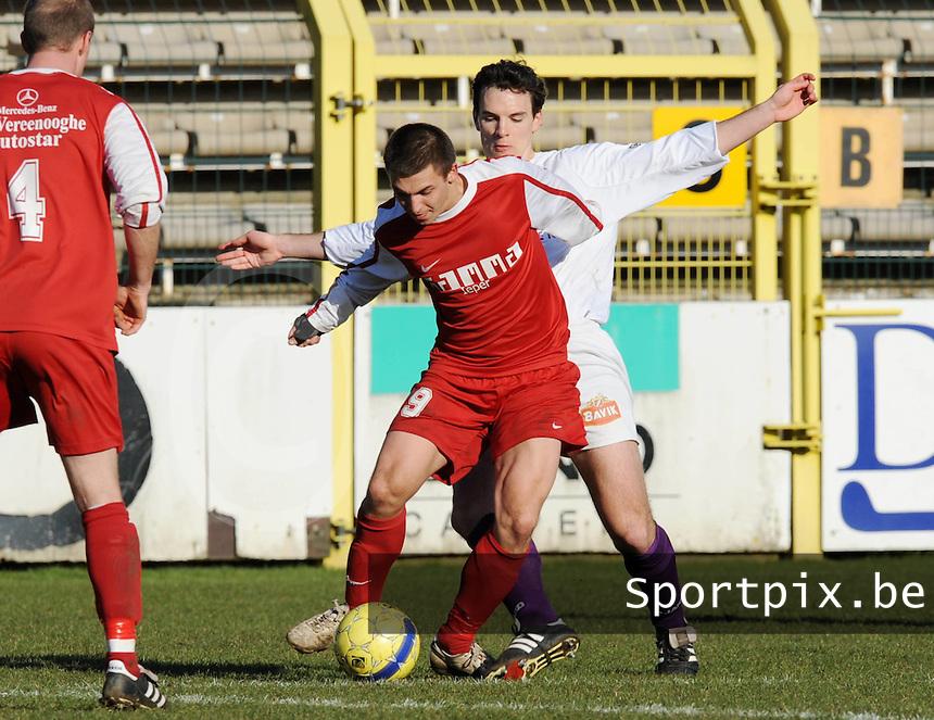 SW Harelbeke - FC Langemark : Gonzalo Rodrigues aan de bal voor Pieter-Jan Ruysschaert.foto VDB / BART VANDENBROUCKE
