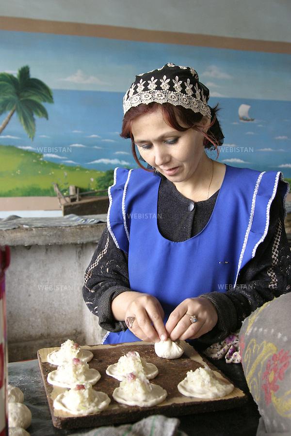 Tajikistan. Dushanbe. October 2004. Portrait of a raviolis maker. Octobre 2004. Portrait d'une marchande de raviolis .