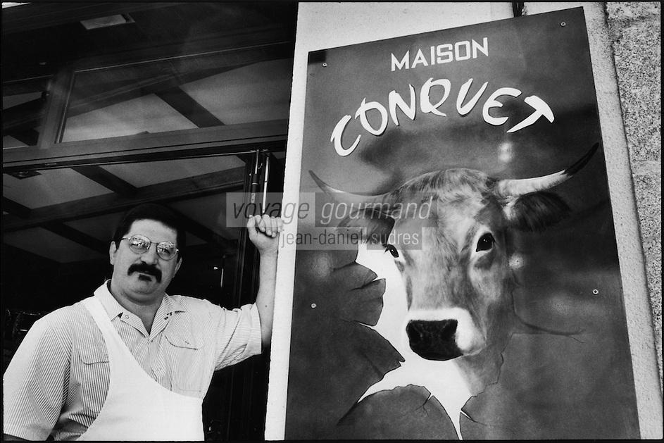 Europe/France/Midi-Pyrénées/12/Aveyron/Laguiole : Mr Conquet Boucher Charcutier spécialiste de la vache de Race Aubrac devant l'enseigne sa boucherie