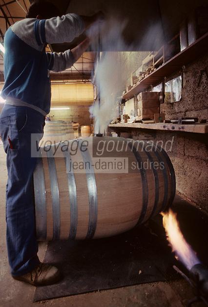 Europe/France/Poitou-Charentes/16/Charente/Cognac/Tonnellerie Seguin Moreau: Brûlage trou de bonde [Non destiné à un usage publicitaire - Not intended for an advertising use]<br /> PHOTO D'ARCHIVES // ARCHIVAL IMAGES<br /> FRANCE 1990