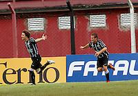 GUARULHOS, SP, 11 JANEIRO 2011 - COPA SAO PAULO DE FUTEBOL JUNIOR 2012 - <br /> Deretti (e) jogador do Figueirense comemora gol  partida entre as equipes do Flamengo-SP X Figueirense- SC realizada no Estádio Municipal Antônio Soares de Oliveira Guarulhos (SP), válida pela 3ª Rodada do Grupo X da Copa São Paulo de Futebol Junior 2012, nesta quarta feira (11). (FOTO: ALE VIANNA - NEWS FREE).