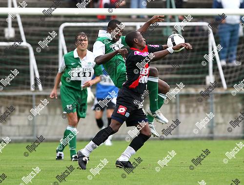 2008-09-07 / Voetbal / Racing Mechelen - FC Seraing / Michael Nnaji (RCM) probeert Didon van de bal te zetten..Foto: Maarten Straetemans (SMB)