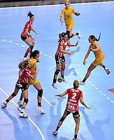 EHF Champions League Handball Damen / Frauen / Women - HC Leipzig HCL : SD Itxako Estella (spain) - Arena Leipzig - Gruppenphase Champions League - im Bild: Angriff HCL durch Karolina Kudlacz (r.). Foto: Norman Rembarz .
