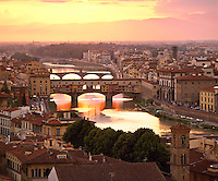 Italy, Tuscany, Florence: evening view from Piazza Michelangelo over city and Ponte Vecchio | Italien, Toskana, Florenz: Stadtansicht von der Piazza Michelangelo ueber den Arno und die Ponte Vecchio am Abend