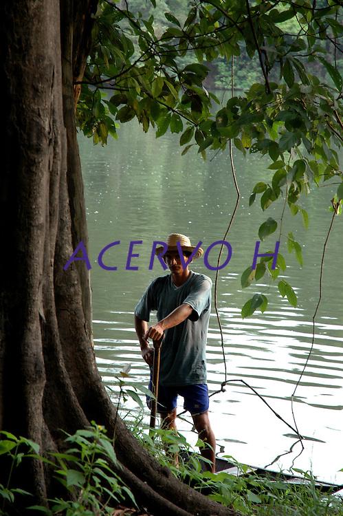 """PESCA DO PIRARUCU AUTORIZADA PELO IBAMA  800t - Somente este ano um programa iniciado pelo Instituto Mamirau·  teve permitido pelo Ibama a liberaÁ""""o de 800t do do maior peixe de ·gua doce do planeta, beneficiando milhares de pescadores da ·rea de influÍncia da reserva de desenvolvimento sustent·vel  Mamirau· . Um dos principais projetos da instituiÁ""""o o   programa de comercializaÁ""""o do pescado iniciado  em 1998 comeÁou com uma cota de  3t , com o sucesso do manejo do piraruc˙ este ano sobe para 800t. Mamirau·, TefÈ, Amazonas,  BrasilFoto Paulo Santos/Interfoto27/11/2004"""