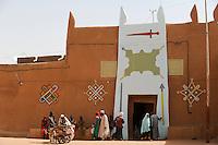 NIGER Zinder, sultan palace / NIGER Zinder Sultan Palast, Palastwachen des Sultan von DAMAGARAM.El Hadji ABOUBACAR OUMAROU SANDA