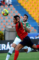 MEDELLIN - COLOMBIA -23-03-2014: German Cano (Izq.) jugador de Deportivo Independiente Medellin disputas el balón con Luis Calderon (Der) jugador de Deportivo Cali durante partido Deportivo Independiente Medellin y Deportivo Cali por la fecha 12 de la Liga Postobon I 2014, jugado en el estadio Atanasio Girardot de la ciudad de Medellin.  / German Cano (L) player of Deportivo Independiente Medellin fights for the ball with Luis Calderon (R) player of Deportivo Cali during a match Deportivo Independiente Medellin and Deportivo Cali for the date 12 th of the Liga Postobon I 2014 at the Atanasio Girardot stadium in Medellin city. Photo: VizzorImage  / Luis Rios / Str.