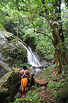 Indígenas emberá / catarata y bosque ombrófilo / comunidad indígena emberá, Panamá.<br /> <br /> Edición de 10 | Víctor Santamaría.