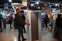 SAO PAULO, SP, 06 DE JANEIRO DE 2012 - Grande rede de lojas de departamento faz mega liquidacao nesta manha de sexta-feira (06), na zona norte da cidade. Centenas de pessoas fizeram fila para aproveitar as ofertas dos produtos que se esgotavam em qustao de minutos.  Foto Ricardo Lou - News Free