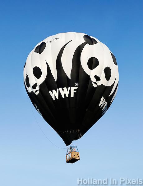 Barneveld- Ballonfiesta. Luchtballonnen stijgen op vanaf de Koewei. Ballon van het Wereld Natuur Fonds